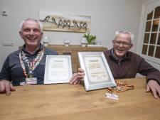 Gouden speldje voor Wierdense broers die al jaren rolstoelduwers zijn in Lourdes
