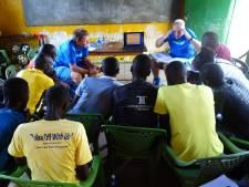 Trainers Cornelissen en Foederer geven les in Kenia: 'Sommige spelers hadden nog nooit papier gezien'