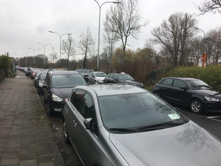 De randparking aan de Bevrijdingslaan staat meestal vol.