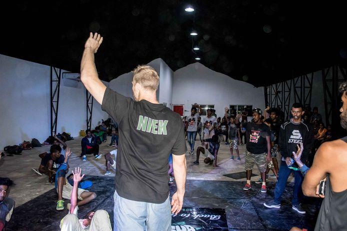Breakdancefenomeen Niek Traa uit Eindhoven was VIP-gast bij een breakdance-evenement dat onlangs in Colombo, de hoofdstad van Sri Lanka, op touw is gezet door Ranil van Peperstraten uit Boxtel, Len van der Pol uit Liempde en Arjuna Vermeulen uit Den Bosch.