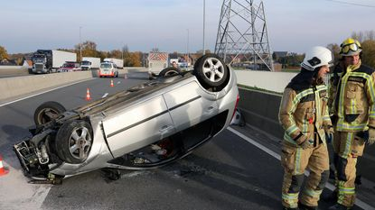 Wagen over de kop, bestuurder lichtgewond