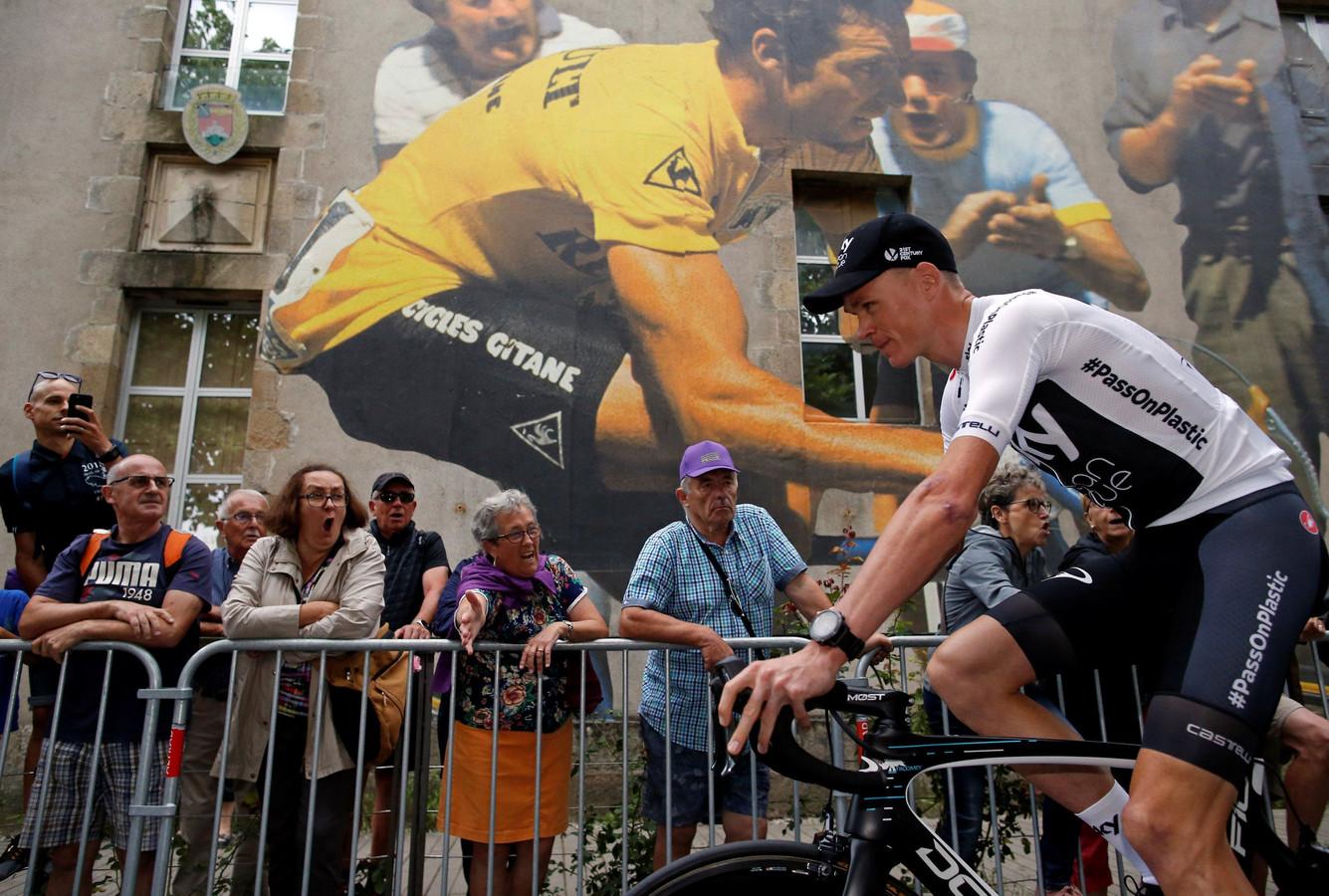 Chris Froome tijdens de Tourpresentatie in 2018, met op de achtergrond een muurtekening van Hinault.