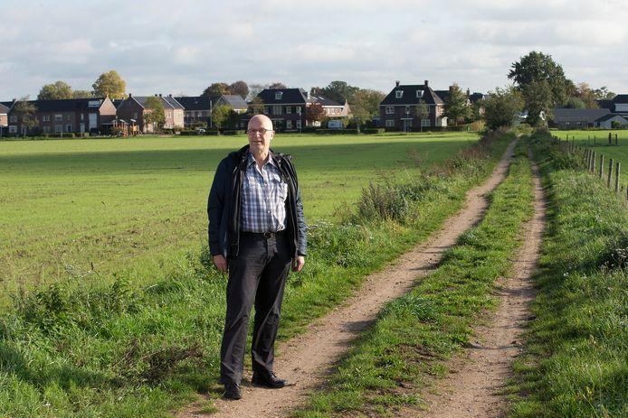 """John Scholten op de Binnenweg bij Braamt waar asbestdeeltjes zijn aangetroffen.  ,,We willen we precies weten hoe het nou zit en of er maatregelen nodig zijn."""""""