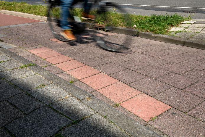 (C) Roel Dijkstra Fotografie/ foto: Marc Heeman   Maassluis. Dit fietspad is gisteren hersteld, veel tegels zijn losgeraakt door de droogte van eerder. Eerder deze week ging iemand hier nog enorm onderuit, met allerlei schaafwonden tot gevolg. De gemeente brengt nu de situatie elders in de stad ook in kaart en repareert waar dat nodig is.