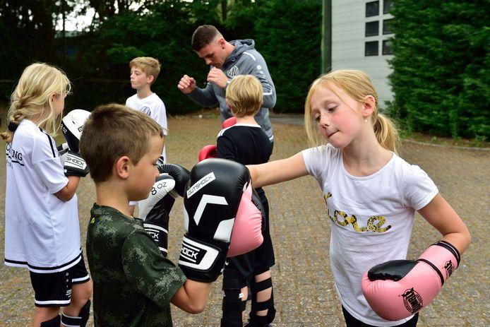 Pascal de Mol geeft kickboksles in de buitenlucht.