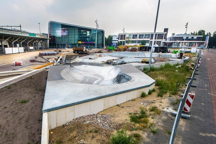 De gemeente werkt aan het Industrieplein, de skatebaan krijgt inmiddels vorm.