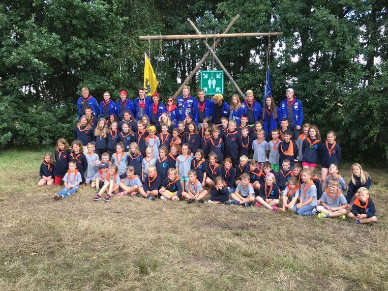 Een groot deel van de huidige leden van Heidebloempje tijdens het laatste zomerkamp.