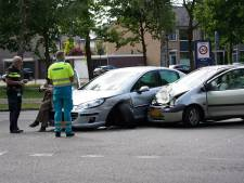 Auto's zwaar beschadigd bij een botsing in Oosterhout