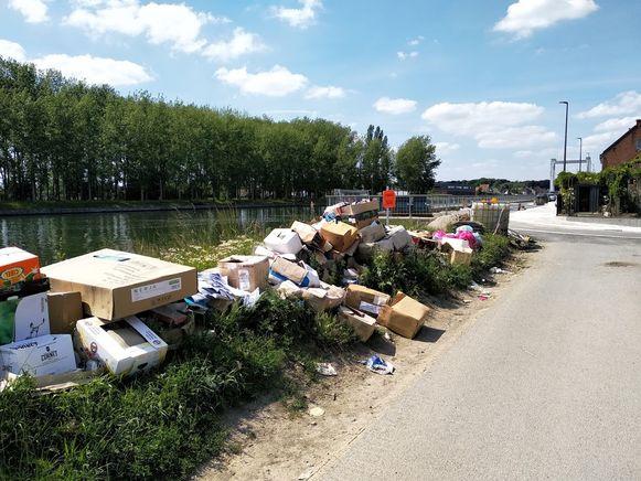 Afval stapelt zich op aan de Oostvaartdijk.