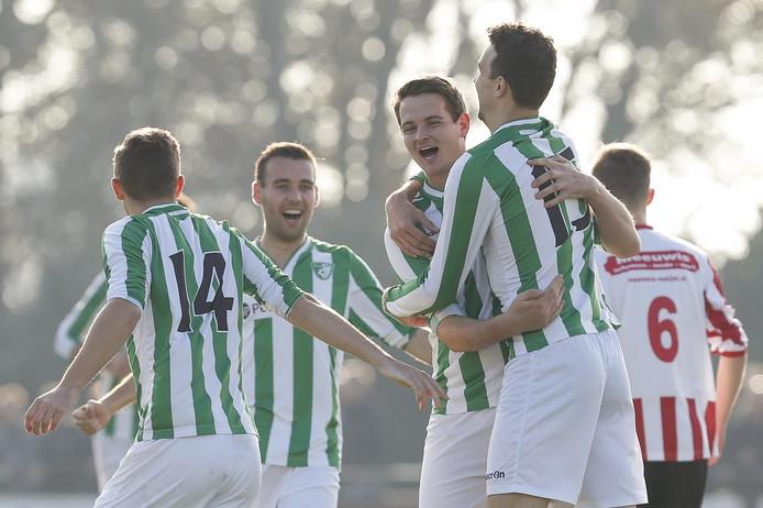 Willem Mennen (15) heeft Neerkandia zojuist op een 1-0 voorsprong gezet.