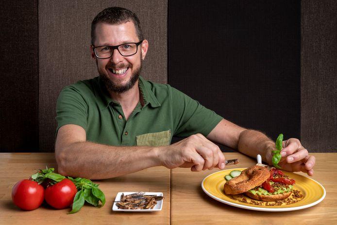 Laurens Dekkers met een bagel insecten, krekels, meelwormen en een sprinkhaan.  'Eerlijk gezegd zit er niet heel veel smaak aan. Een beetje nootachtig'.