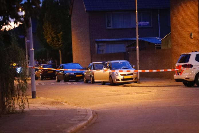 De man zat in de auto toen de drie schoten werden gelost.