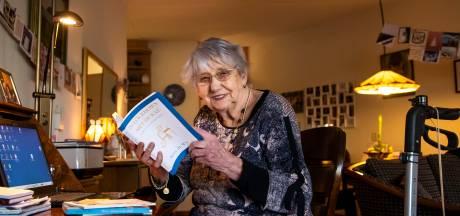Betty (90) uit Harderwijk typt met één vinger boek over haar leven tijdens corona: 'Ik durf helaas niet naar buiten'