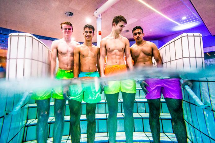 De studenten met hun met verkleurende zwembroek.