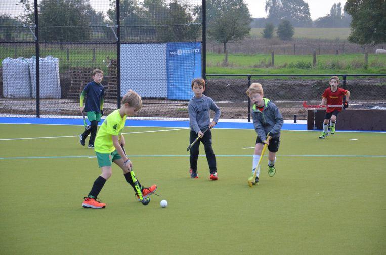 Enkele jeugdspelers op het nieuwe hockeyveld in Outer.