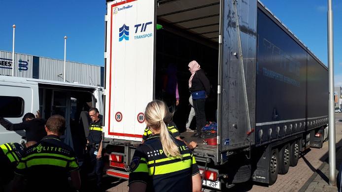 Zes vrouwen en zeven mannen hadden zich verstopt in de vrachtwagen.