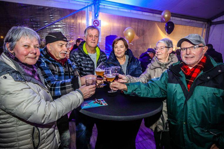 Dany en Greta Creve, Hubert Lauwers, Marie-Christine Remaut, Zarah Bonnars en Michel Amssoms genoten van een drankje tijdens Winterknetters.
