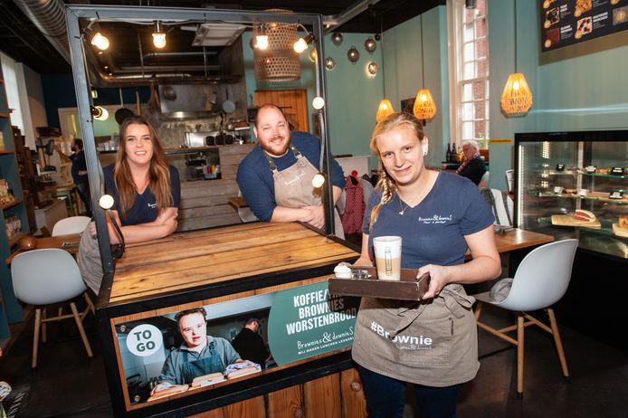 Medewerkster van Brownies & downieS Woerden Lisanne van der Kaa en haar werkgevers Dave van der Wolk en Marjolein de Schipper. Marjolein had haar verhaal over 'korte lontjes' bij klanten op Facebook geplaatst.