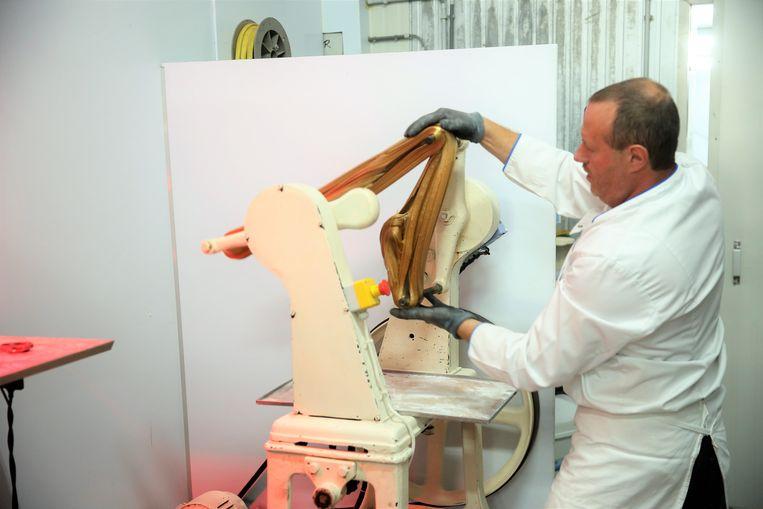 Het suiker wordt getrokken en de mengeling krijgt de typische goudbruine kleur.