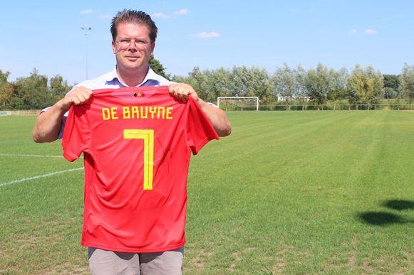 Tom De Sutter met een van de gesigneerde truitjes van Kevin De Bruyne.