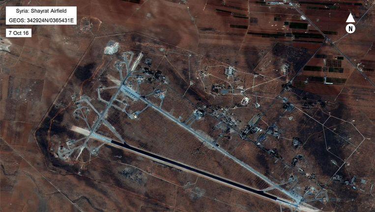 De Syrische luchtmachtbasis die de VS bombardeerden. Beeld AP