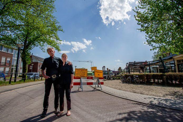 Hans en Margreet Dikken enkele maanden geleden toen de werkzaamheden aan de Kapperallee in Eefde begonnen. De herinrichting van de weg over het Twentekanaal loopt vertraging op. Tot eind volgende maand is de Kapperallee  gesloten.