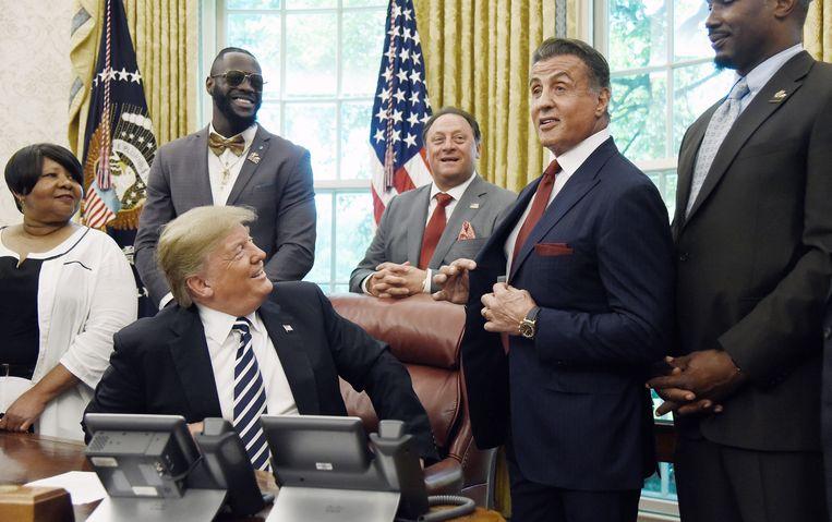 President Trump maakt in het bijzijn van acteur Sylvester Sallone de gratieverlening bekend aan Jack Johnson, de eerste zwarte Amerikaanse bokser die kampioen werd in het zwaargewicht. Beeld EPA