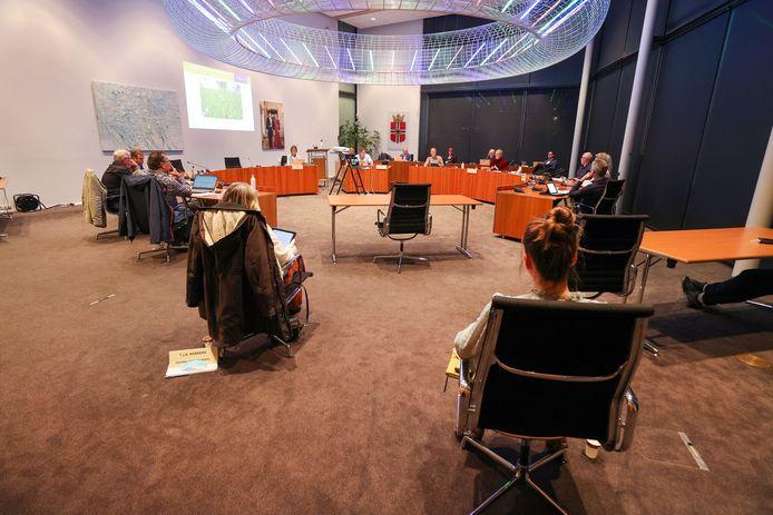 Een commissievergadering van de gemeenteraad van Gemert-Bakel van woensdagavond met in acht nemening van de coronaregels.