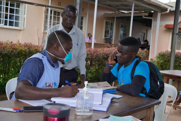 Joseph Kakande bij de kliniek waar hij de hiv-remmers ophaalt. Hij is zelf ook met hiv besmet, wat zijn ouders hem pas vertelden toen hij 16 was. Twee van zijn zusjes zijn aan aids gestorven.  Beeld Michele Sibiloni