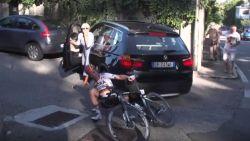Gevaar loert om elke hoek in Lombardije: Schachmann botst op auto die op het parcours rijdt
