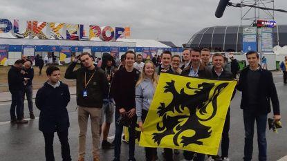 Jongerenafdeling Vlaams Belang deelt leeuwenvlaggen uit aan ingang Pukkelpop