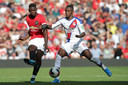 Wilfried Zaha in duel met Paul Pogba.