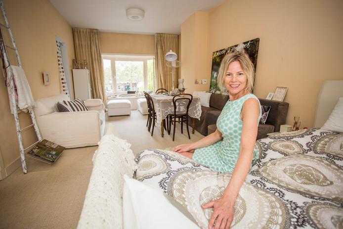 Betty Aanstoot in haar appartement, die ze verhuurt via Airbnb. ,,Ik merk dat ik makkelijk vijf overnachtingen op weekbasis kan krijgen.''