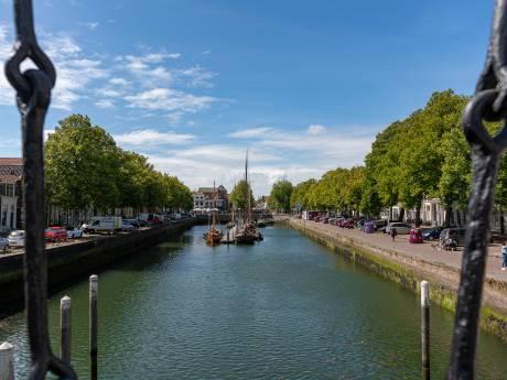 Nieuwe palen moeten bouwvallige kademuren Oude Haven Zierikzee nog jarenlang overeind houden