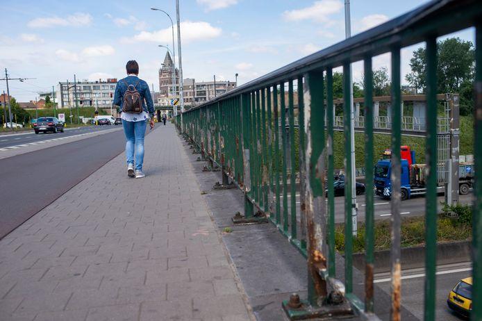 In opdracht van Agentschap Wegen en Verkeer start een aannemer vanaf 29 mei met de vernieuwing van de leuningen en randbalken van de Stenenbrug (N116)