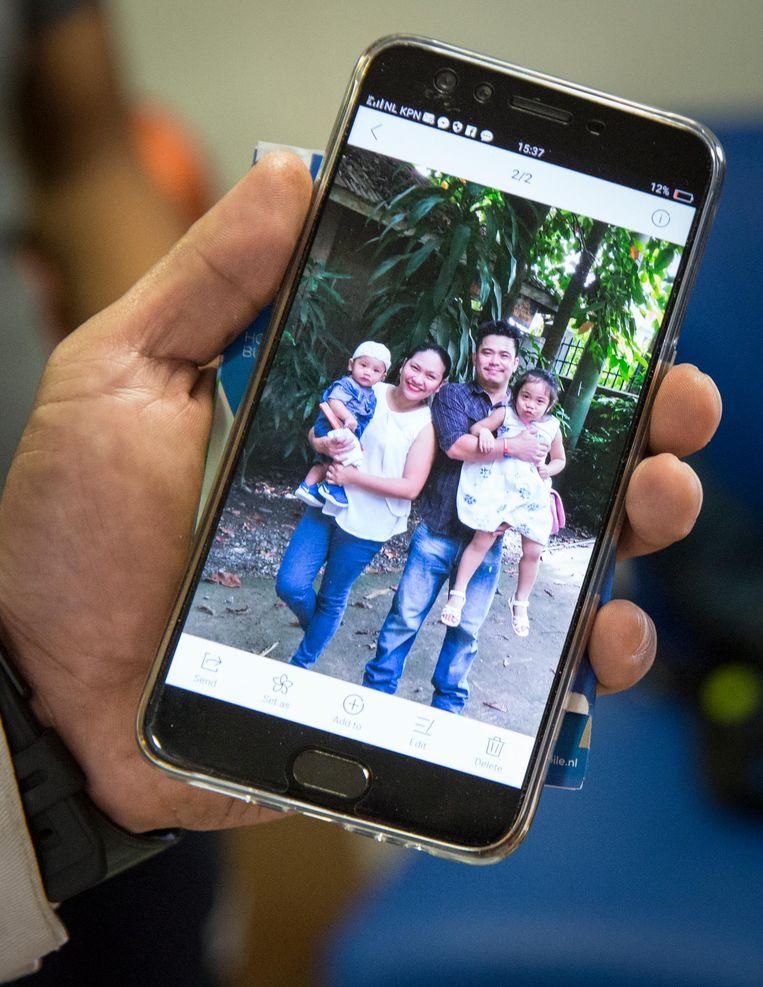 Engineer Mark Gil toont een foto van zijn gezin Beeld Dingena Mol