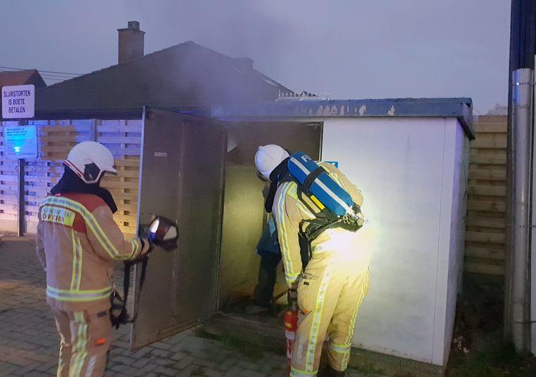 Een buurtbewoner merkte de brandgeur en rook op.