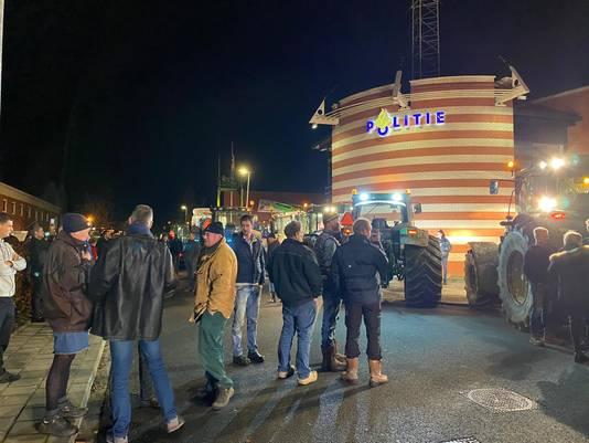 Boeren verzamelen zich bij het politiebureau in Zuidhorn.