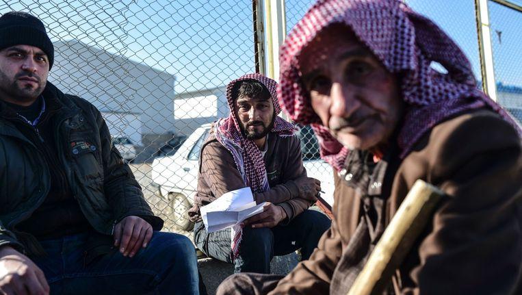 Syrische vluchtelingen aan de Turkse grens. Zo'n dertigduizend mensen wachten daar totdat ze weg kunnen. Beeld afp