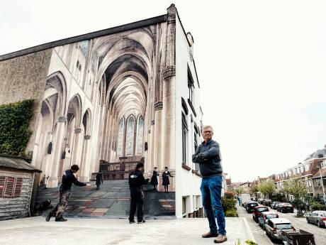 Behalve een kerk staan er ook een hond, twee poppetjes en billen op deze Utrechtse muurschildering