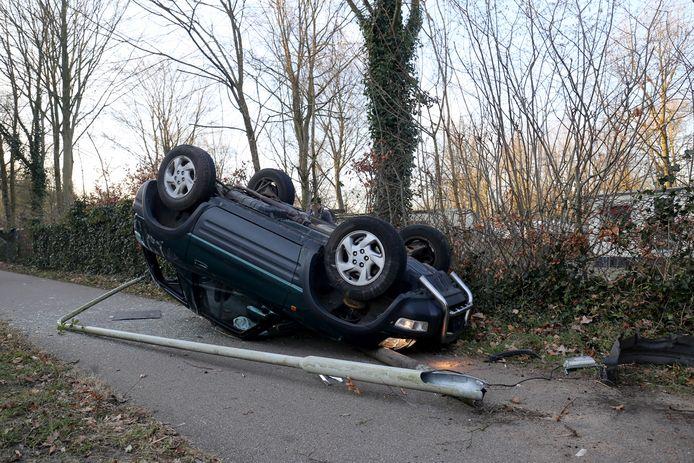 Auto beland op dak in Hoeven, dronken bestuurster meegenomen naar politiebureau. Foto Alexander Vingerhoeds
