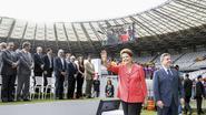 President huldigt WK-stadion in op blote voeten