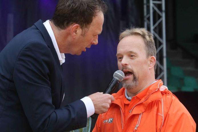 Jochem van Gelder interviewt een sporter.