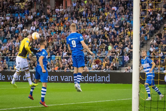 Linssen kopt de 2-1 binnen. De Vitessenaar klopt Bram van Polen, terwijl Mike van Duinen onder de bal door springt.