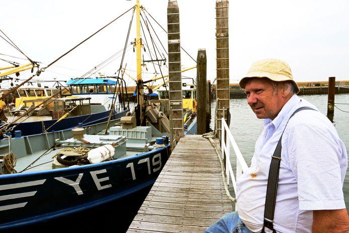 Mosselvisser Dieter Lindenberg voor zijn schip in de haven van Yerseke.