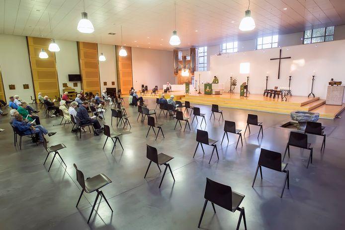 Veel lege plekken tijdens de dienst in de Bredase Franciscuskerk.