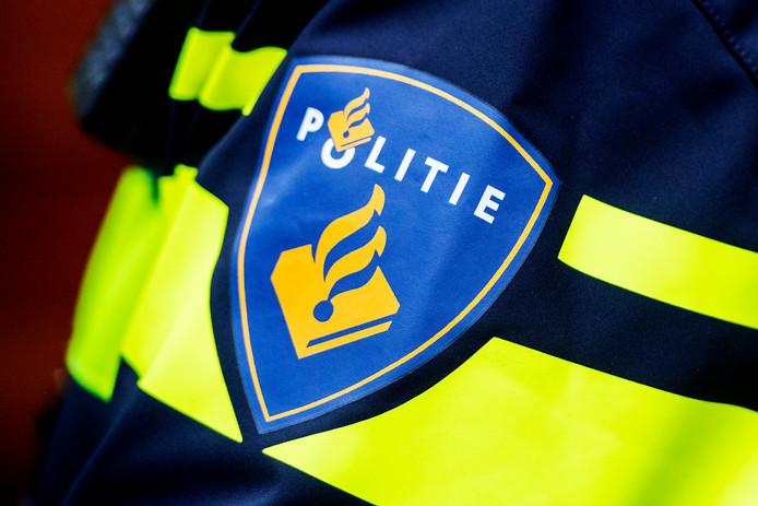 DEN HAAG - politie surveilleren politie agente Politie politiepistool vuurwapen pistool een politieagent met dienstwapen ROBIN UTRECHT ROBIN UTRECHT