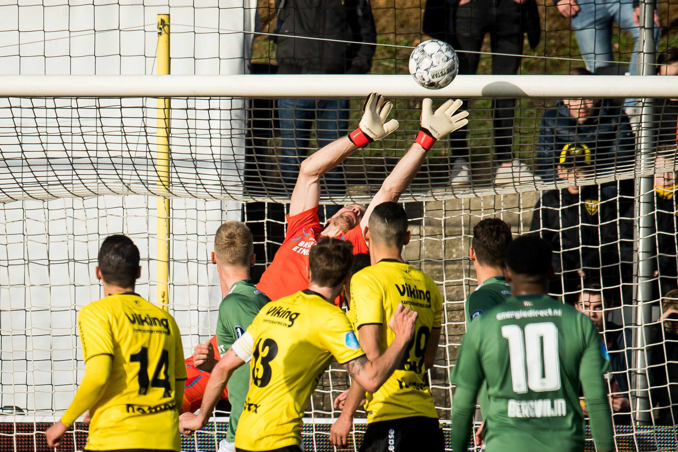 Lars Unnerstall voorkomt met een reflex een goal van VVV.