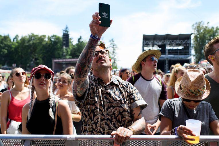 Een festivalganger met een - op het eerste gezicht dure - smartphone. Maar wat zijn de mogelijkheden om bereikbaar te zijn op een festival, en toch geen te groot risico te lopen op schade aan/verlies van je toestel?