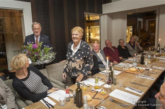 Nolda Schepers (midden) bij haar afscheid van de stichting De Boodschappenmand.